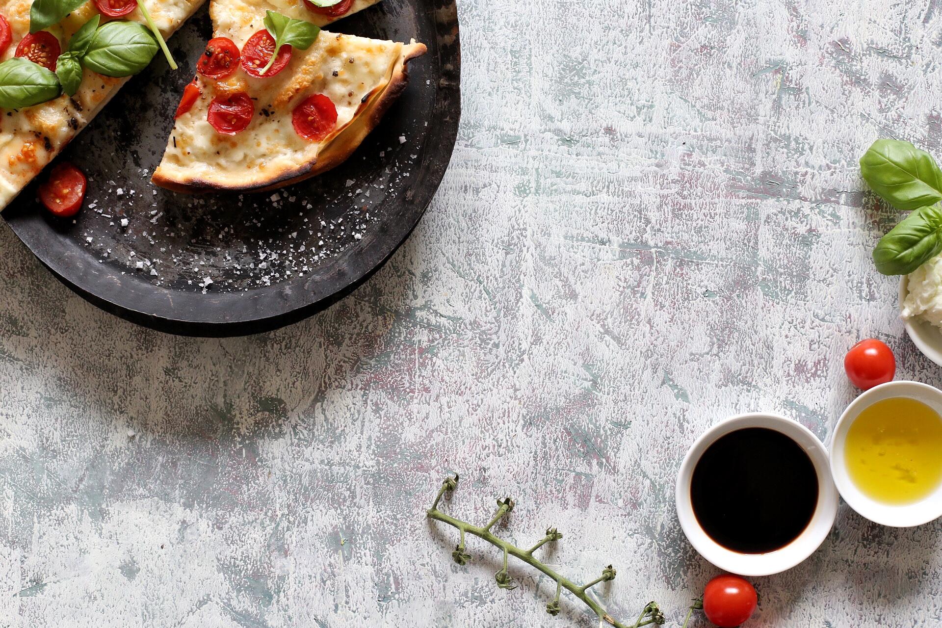 Pinsa mit Mozzarella, Tomaten und Basilikum: Pizza wie in